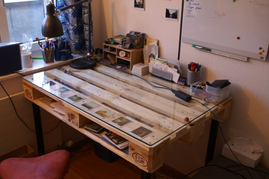 DIY-Desk-built-with-palette-for-diy-glass-desk-ideas-940x625