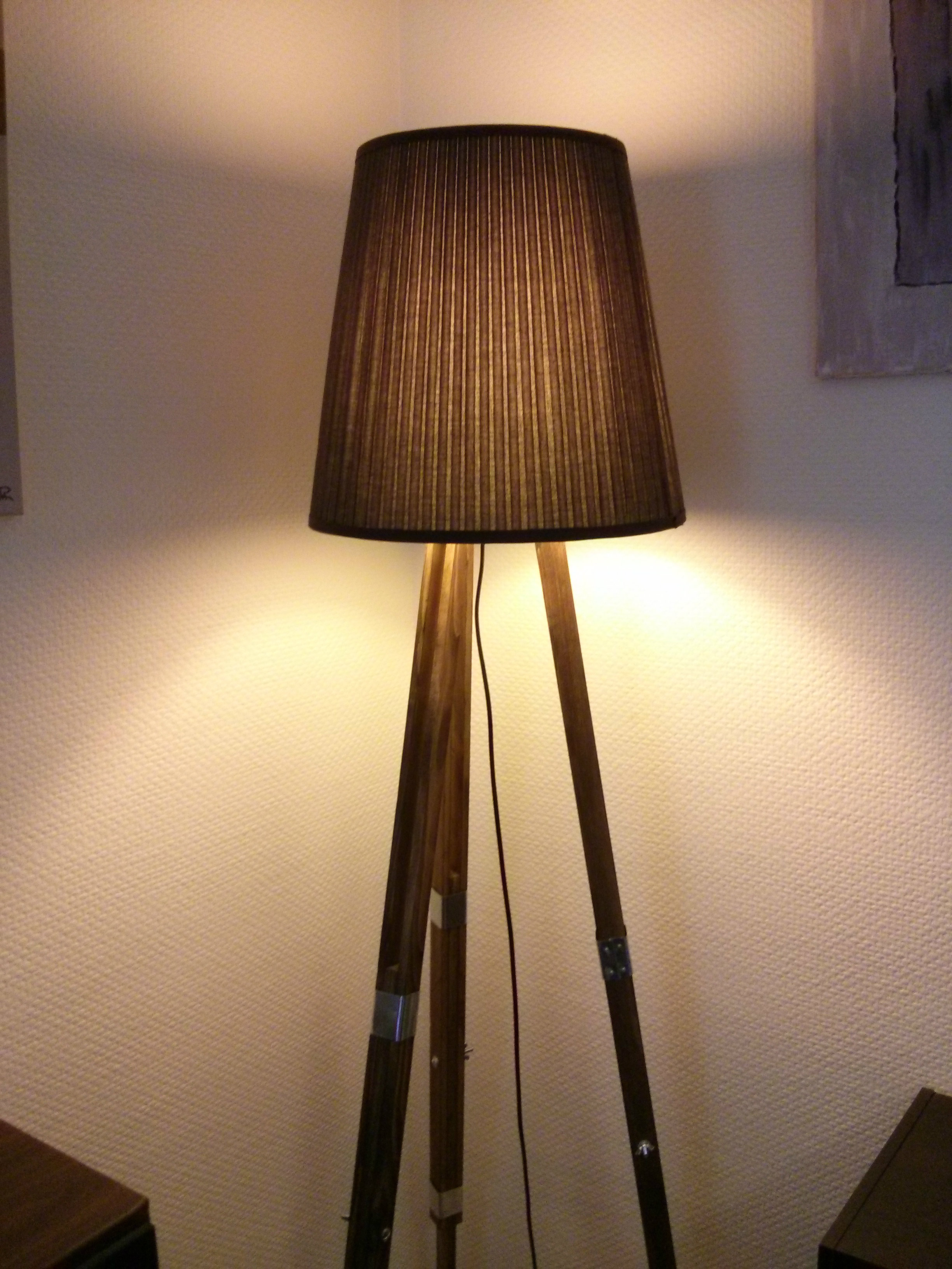 un lampadaire tr pieds diy ralfred 39 s blog. Black Bedroom Furniture Sets. Home Design Ideas