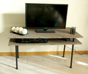 DIY-TV-stand-with-pipes-finished