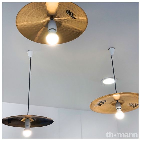 Une cymbale transformée en suspension lampe